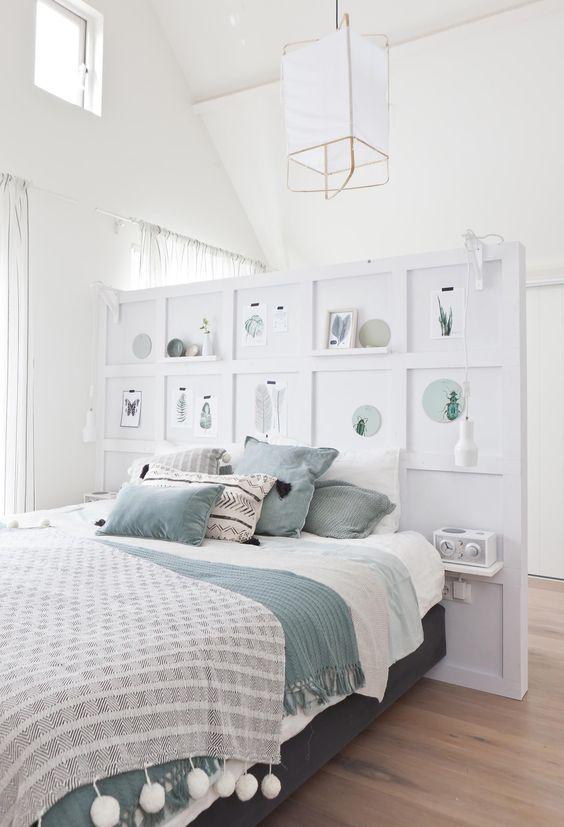 Idéale dans une chambre blanche, cette tête de lit réalisée avec des planches de contreplaqué sert de cloison et cache le dressing. Une idée déco charmante à faire soi-même !