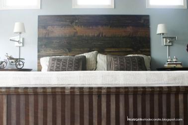 Tête de lit bois fabriquée avec 6 planches en pin de 30 cm de large et teintée chêne foncé puis cirée