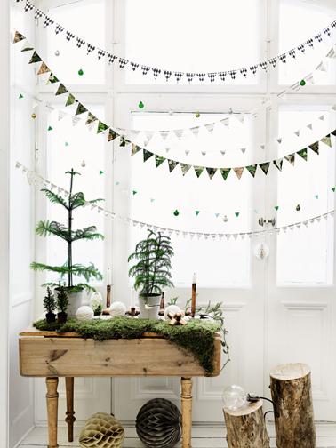 Guirlande de Noël pour décoration d'une fenêtre esprit scandinave à réaliser avec des petits triangles de papier de couleur assemblés sur du fil de nylon