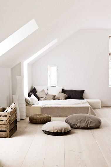 Pour une déco de chambre zen associer couleur lin, taupe et chocolat, limiter le nombre de meubles au profit de coussins de sol et matières chaleureuses