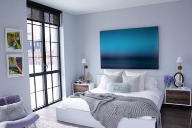 Pour créer une ambiance zen dans une chambre, le bleu lavande fait merveille lorsqu'il est marié à des touches de blanc et gris.
