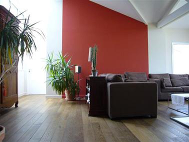 Peindre un mur du salon en rouge et l'associer à des couleurs neutres, une association de couleurs harmonieuse