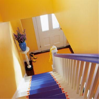 association de couleurs peps pour la déco d'un escalier avec un jaune vif et un bleu lumineux. Peinture Astral