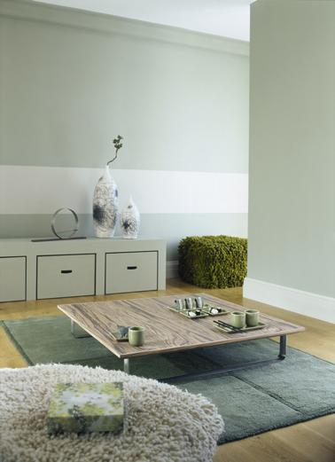 Une belle manière de marier la couleur vert dans un salon autour d'une palette en camaïeux vert et touches de blanc