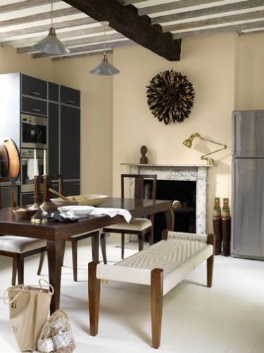 Peinture couleur sable pour la cuisine avec des meubles de cuisine couleur wengé et table en bois style table de ferme c'est zen. Peinture Astral