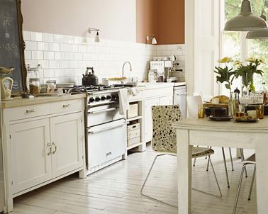 relooker une cuisine rustique avec une peinture couleur lin et blanc cassé et des touches de taupe pour les suspensions industrielles. Peinture Dulux Valentine