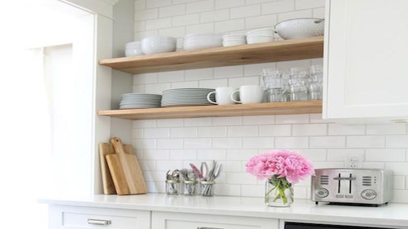 Nos conseils et astuces pour tout savoir sur la peinture carrelage pour relooker la cuisine et la faïence de salle de bain avec une peinture spéciale, de la résine ou du béton