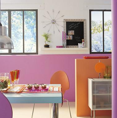 Orange et rose deux couleurs à associer pour donner du peps à une petite cuisine. Couleur peinture : orange Capucine, Rose Guimauve et Rose Anémone collection Farandole Leroy Merlin