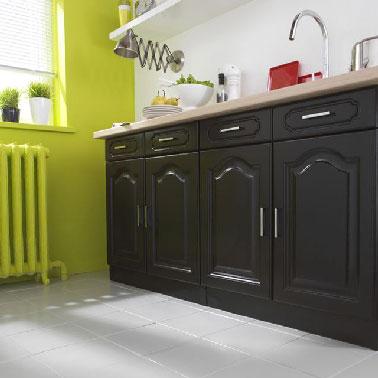 Une autre idée couleur pour repeindre les meubles et les murs de sa cuisine en misant sur les contrastes couleurs pour moderniser l'ambiance rustique. Les meubles vernis sont repeints avec le Noir Hirondelle du nuancier GripActiv', nettement plus tendance