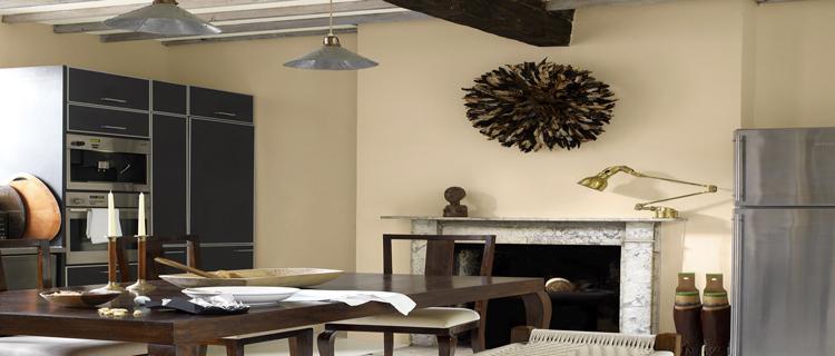 La peinture cuisine à ses couleurs tendances. Les gris toujours à l'honneur, les nouveaux jaunes et bleus à adopter pour la couleur des murs d'une cuisine blanche ou pour agrandir une petite cuisine, découvrez la tendance déco pour les couleurs de la cuisine