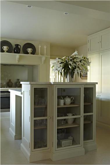 Cuisine retro en total look blanc avec Farrow & Ball avec une association subtile de nuances de blanc pour donner du relief et de la sérénité à la cuisine