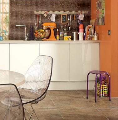 Cuisine couleur orange pour la peinture murale, meubles blanc et crédence carrelage brun ambiance seventies la tendance couleur 2014 avec Leroy Merlin.