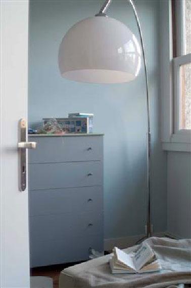 La couleur des murs et et celle des meubles de cette chambre a tout pour satisfaire les fansdes couleurs pastel dans la chambre. Un Bleu vert clair côtoie un gris si pastel qu'il en devient presque blanc. Un brin plus foncé par rapport à la couleur du mur, la petite commode est repeinte dans une teinte de vert à la délicate pointe de gris. Peinture Couleur : Murs : Bleu ref T2178-5 Euclase, Meuble : Vert réf T2027-5 Brumeux, Porte : gris ref T2174-3 Gris lunaire Nuancier ToTem de Tollens
