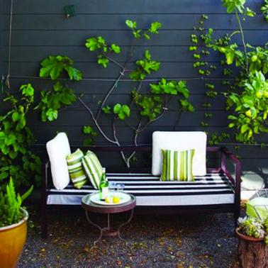 L'effet déco d'une palissade bois peinte en noir sur la terrasse