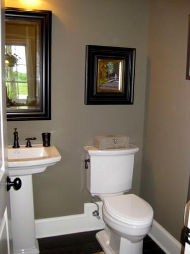WC peinture taupe pour les murs et blanc sur les boiseries. Cuvette WC et lavabo style rétro blanc