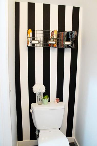 Les rayures de peinture une bonne idée déco pour les wc. Avec une peinture noir et blanc les rayures agrandissent l'empression de volume dans les toilettes