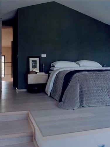 La couleur bleu marine dans une chambre c'est meublant, alors un lit, deux chevets, du gris parce le bleu l'adore et c'est tout !  Penture couleur Abisse 1 Collecttion crème de couleur Dulux Valentine