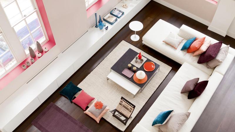 Les nouvelles couleurs tendance pour la peinture salon pour une déco moderne, design ou ambiance zen. Parmi les couleurs peinture salon à adopter, bleu canard, vert, prune, la gamme des gris et couleur taupe à utiliser en isolé sur un pan de mur ou associées avec une teinte neutre pour un salon où il fait bon vivre. Découvrez la tendance couleur pour repeindre votre salon.
