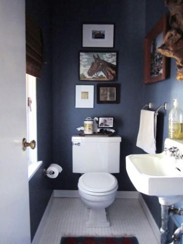 Peinture WC bleu canard pour les murs, blanc pour les boiseries et carrelages gris blanc au sol. Pour la déco, ensembles de cadres photo et tableaux