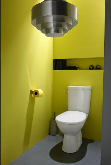Pour apporter de la luminosité avec la peinture dans les WC, une couleur jaune sorbet avec une peinture grise sur les boiseries, voilà un pari gagnant. Peinture Luxens Leroy Merlin