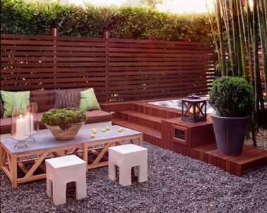 Ambiance cosy pour une terrasse abritée des regards par une claustra en bois rouge
