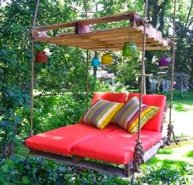 Un salon de jardin en palette se complète de son indispensable balancelle pour profiter du jardin sans compter. Assemblée avec 2 palettes suspendues par 4 grosses cordes, une balancelle facile à faire.