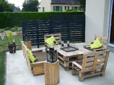 Un salon de jardin en palettes ultra facile à faire qui trouve naturellement sa place sur la terrasse ! La table basse se compose de deux palettes simplement superposées pour obtenir une bonne hauteur à l'heure de sortir les verres pour l'apéro. Les fauteuils sont fabriqués partir d'une palette bois coupée en deux pour l'assise, une autre légèrement en biais forme le dos du fauteuil. La banquette est fabriquée sur le même principe d'assemblage avec cette fois deux palettes bois sur la longueur.
