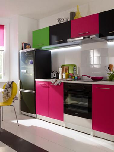 Adhésif pour refaire sa cuisine pas cher, poser un adhésif de couleur sur les meubles de cuisine c'est pratique pour relooker rapidement des meubles de cuisine sans caractère