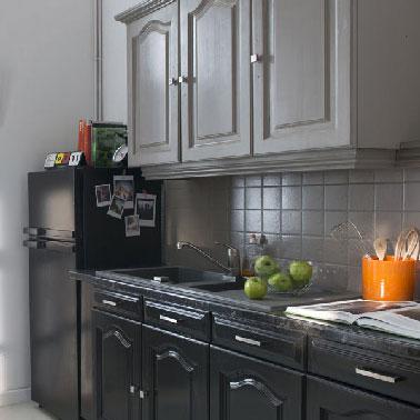 Dans cette cuisine refaite de fond en comble en gris et noir avec la peinture meuble cuisine Rénovation cuisine V33, les meubles bas en noir apportent une touche moderne aux meubles à l'origine rustique.