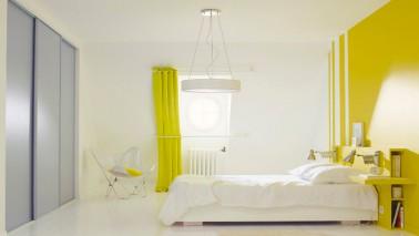 Idée décoration de chambre adulte et enfant avec une peinture jaune à associer avec du gris ou du blanc pour une chambre lumineuse et pétillante de fraîcheur.
