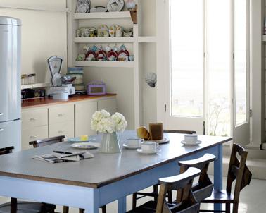 Cuisine rustique relookée avec la même peinture pour peindre les meubles et les murs couleur Lin Clair, les boiseries couleur Béton Gris et la table en bois couleur Bleuet. Peinture Cuisine&bain Dulux Valentine aspect satin