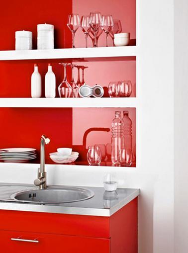 refaire sa cuisine avec Résinence Color pour meubles de cuisine et crédence couleur rouge qui fait un beau contraste moderne avec la peinture blanche sur les murs
