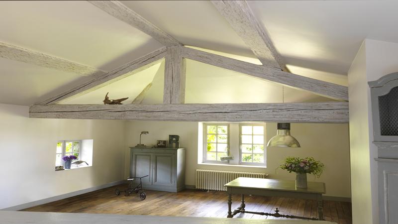 Idéal pour éclaircir des poutres apparentes, des portes et lambris vernis ou ciré, de vieux escaliers bois le badigeon Libéron s'applique aussi sur du bois brut.
