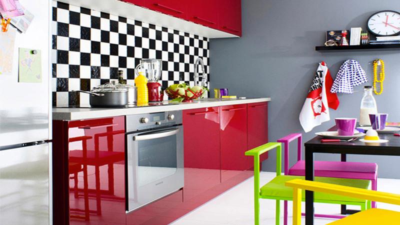 cuisine Fly facade rouge laqué brillant, credence carreaux noir et blanc pour déco pop