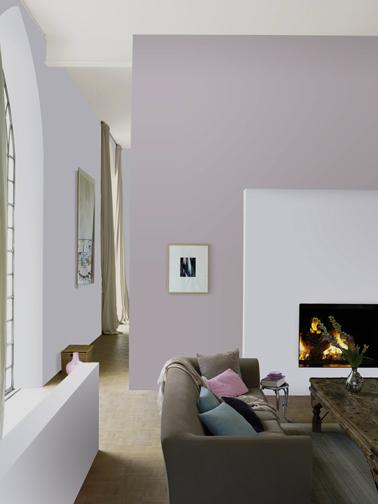 deco salon contemporain avec peinture couleur Nuage Parme et Plume légère pour les murs collection Le Mat Dulux Valentine. Canapé taupe et table bois chêne foncé