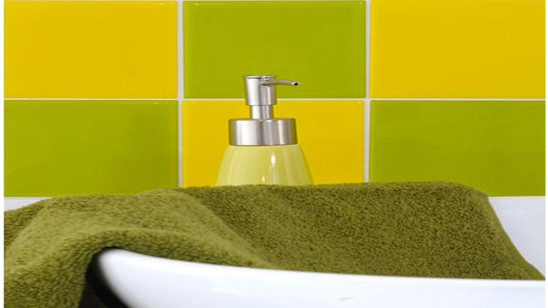 Solution rapide et déco pour relooker du carrelage mural dans la salle de bain et la cuisine, les carreaux adhésifs pré-découpés aux dimensions du carrelage à poser sur le support ancien.