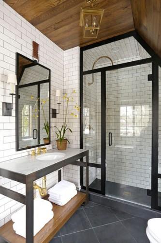 Carrelage blanc sur les murs d'une salle de bain avec douche italienne. Au sol un carrelage gris grand carreaux 30X30.  Au plafond, un lambris bois vernis donne une touche rustique chic