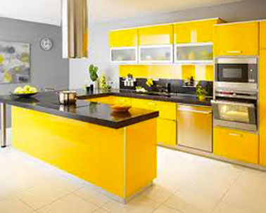 decoration cuisine design meubles facades finition jaune laqué plan de travail granit noir peinture murale gris souris finition satin