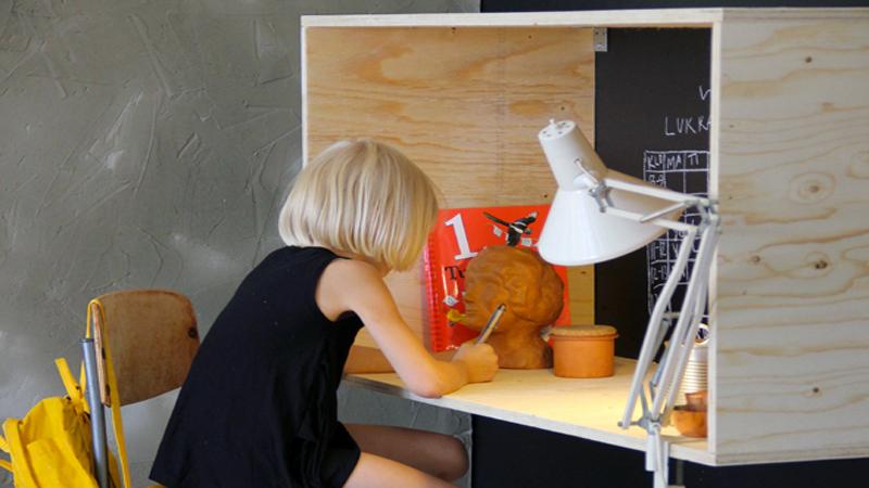 DIY pour fabriquer un bureau en bois pour une chambre enfant qui ne prend pas de place puisqu'il se fixe au mur.