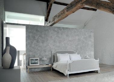 Dans une chambre d'adulte, la couleur gris en dominante avec du blanc est une association de teintes à privilégier pour créer une ambiance zen et chic. Ces couleurs neutres peuvent être relevées par des objets déco dans des nuances de gris plus foncé comme sur cette photo.