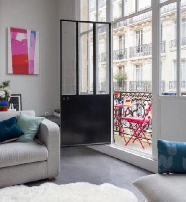 Du gris dans un salon en ville pour assurer la luminosité et du bleu en touche. La peinture gris perle, les fauteuils dans la même nuance, un tapis blanc, l'accord parfait.