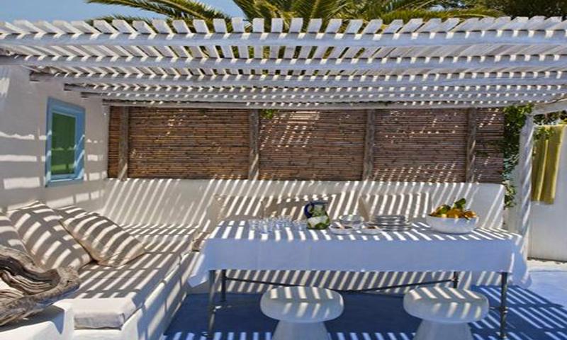Nos idées déco pour installer une pergola terrasse et voile d'ombrage pour se protéger du soleil pendant l'été. Pergola en bois, ou en canisse pour une ambiance de terrasses des îles grecques au couleur bleu azur, le rêve pour un été plein de charme.