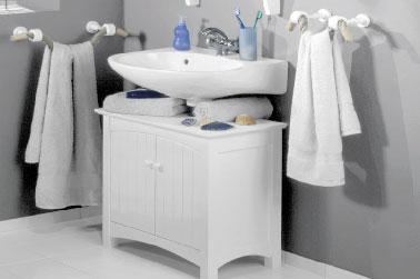 Un exemple de faïence salle de bain repeinte avec la peinture carrelage Julien couleur gris perle. Après les meubles et le sol blanc, cela donne une belle salle de bain grise relookée pour pas cher !