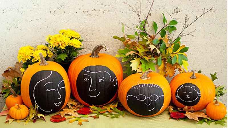 decorer une citrouille d'Halloween avec des portraits de la famille dessinés à la craie sur une peinture à tableau peinte sur la citrouille