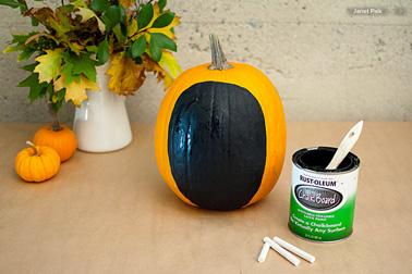 Pour décorer une citrouille d'Halloween dans la vider commencez par Peindre la forme d'un visage sur la citrouille avec de la peinture à tableau noir