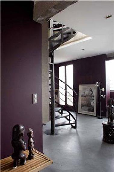 Dès l'entrée la couleur annonce l'ambiance chaleureuse développée dans l'ensemble des pièces avec des murs recouverts d'un magnifique aubergine magnifié par les deux nuances de gris du plafond et de la peinture sol. Couleur : Millésime n° EE167 Collection Etats d'esprit de Tollens
