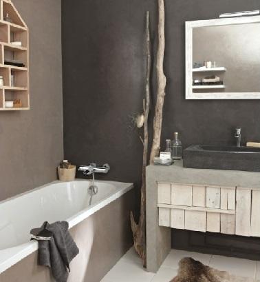 Si une douche est à préférer à une baignoire dans une petite salle de bain, dans cette salle d'eau à la déco zen, la baignoire n'encombre pas la pièce, le meuble vasque et la petite étagère proposent des rangements fonctionnels.