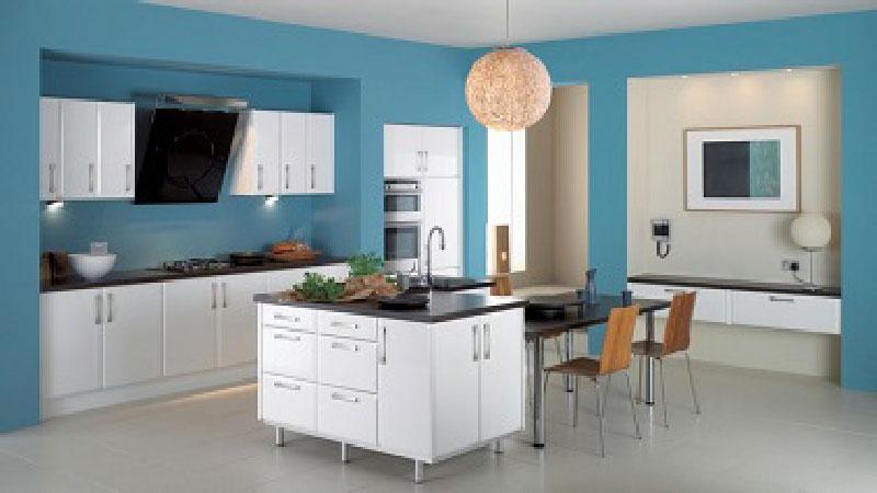 Le bleu inspire la déco de la cuisine ! Sur les murs une belle et lumineuse peinture bleu Bermudes fait un contraste dynamique avec des meubles blanc. Le sol en carrelage gris et les 3 plans de travail noir apportent la touche design
