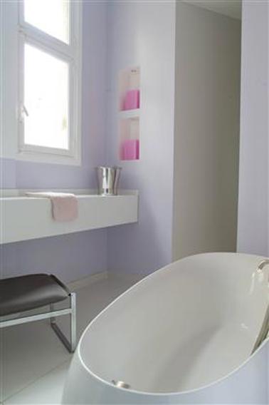 Couleur peinture salle de bain violet lilas avec vasque et baignoire design couleur blanc antique. Peinture Tollens