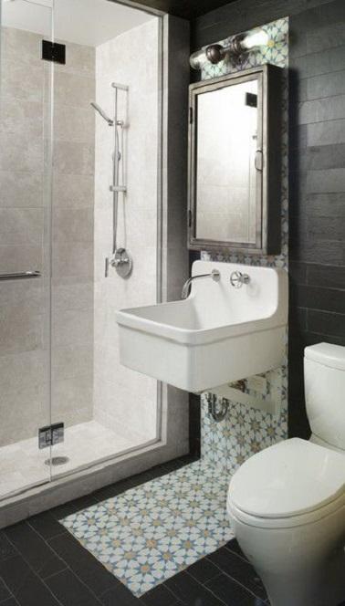 Cette petite salle de bain mélange les styles déco avec classe : Carrelage douche italienne moderne en contraste avec un lavabo très old school et des carreaux de ciment mis en valeur par le miroir brocanté.
